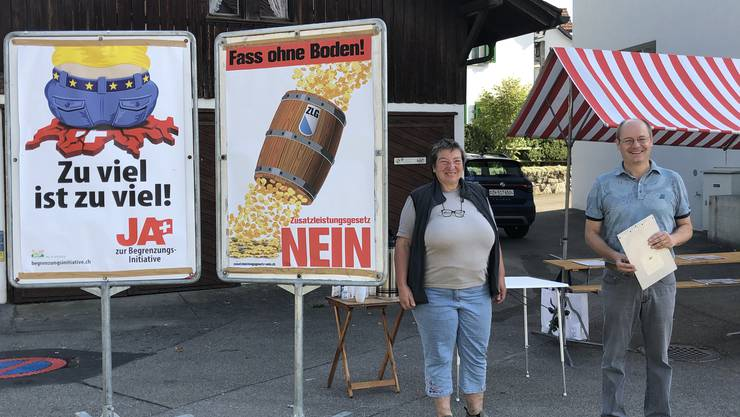 SVP Aesch am Unterschriften sammeln: Vorstandsmitglied Ursula Gysel, Kantonsrat Diego Bonato