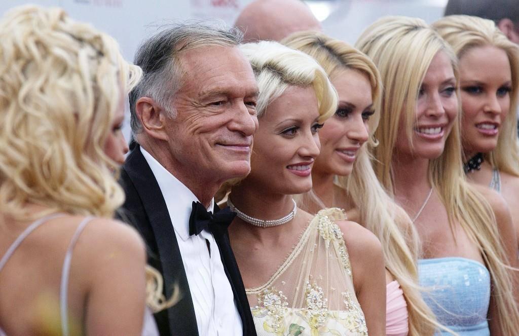 Hugh Hefner hat einen Tick: Er liebt es, wenn jeweils sieben Playmates gleichzeitig neben ihm posieren. (© Getty Images)