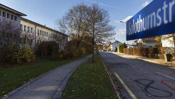 Laut Vorprojekt ist auf dem Abschnitt der Solothurnstrasse entlang des Schulareals (links) Tempo 30 geplant. Die Bring- und Holzone kommt auf die südliche Strassenseite (links). Der Grünstreifen zwischen Fussweg und Strasse wird befestigt. Der Gemeinderat will nun aber eine Variante mit Parkfeldern prüfen.