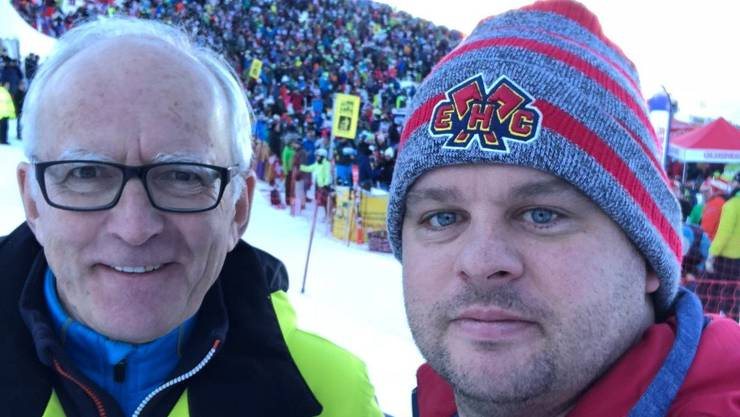 Daniel Wisard alias DJ Horse (rechts) schaut für die richtige Musik am Hundschopf, Speaker Sepp Odermatt kommentiert.