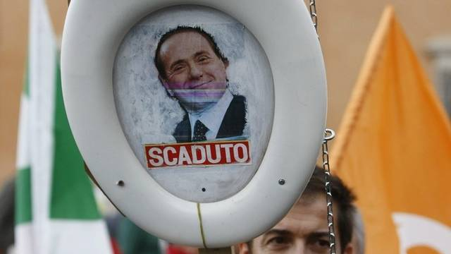 Demonstrant spült seinen Ministerpräsidenten symbolisch ins Klo