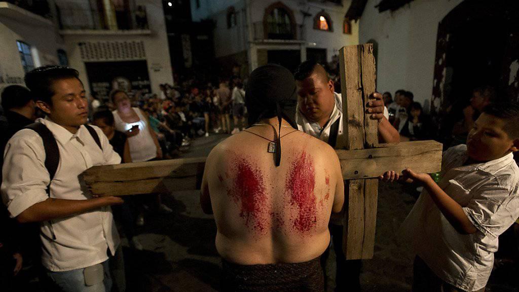 Osterprozessionen in Mexiko: Zahlreiche Besucher verfolgen an Karfreitag die Darbietungen.