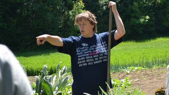 Sibylle Siegrist erklärt ihren Garten.