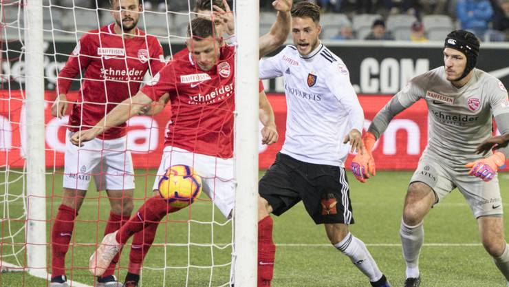 Die vielleicht entscheidende Szene: Der Schiedsrichter anerkennt das vermeintliche 3:1 des FC Basel nicht