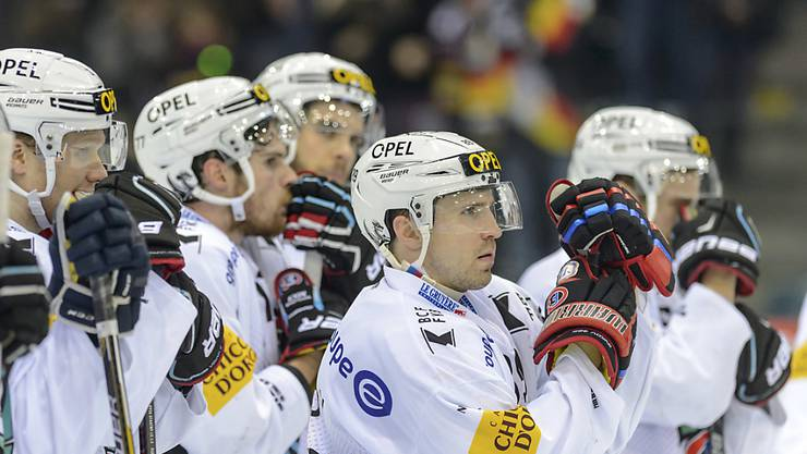 Lange Gesichter bei Fribourgs Andrej Bykow und seinen Teamkollegen: Servette war in den Playoff-Viertelfinals ein zu starker Gegner