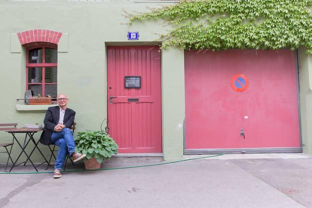 Bernd Reichert, der Besitzer und Vermieter der Liegenschaft sitzt vor der Bar Trotamundos am Hahnrainweg in Baden, fotografiert am 23. Mai 2017.