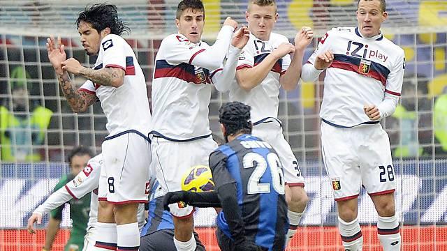 Inter-Verteidiger Cristian Chivu beim Freistoss.