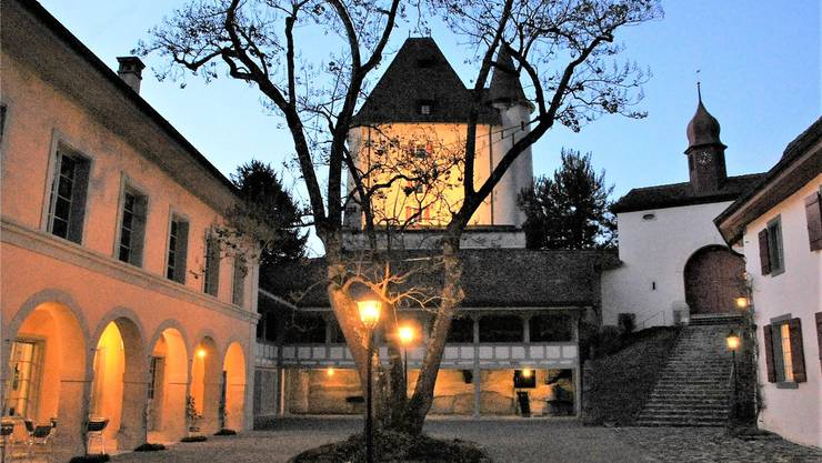 Innenhof Schloss Liebegg, linker Hand liegt der Eingang des seit einem knappen Jahr hier untergebrachten Hexenmuseums.
