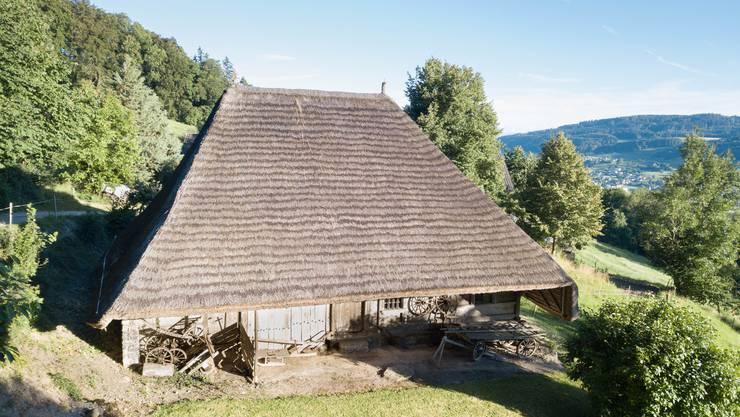 Das schmucke Strohdachhaus von Leimbach steht am Rand eines Weilers, hoch oben auf dem Seeberg.