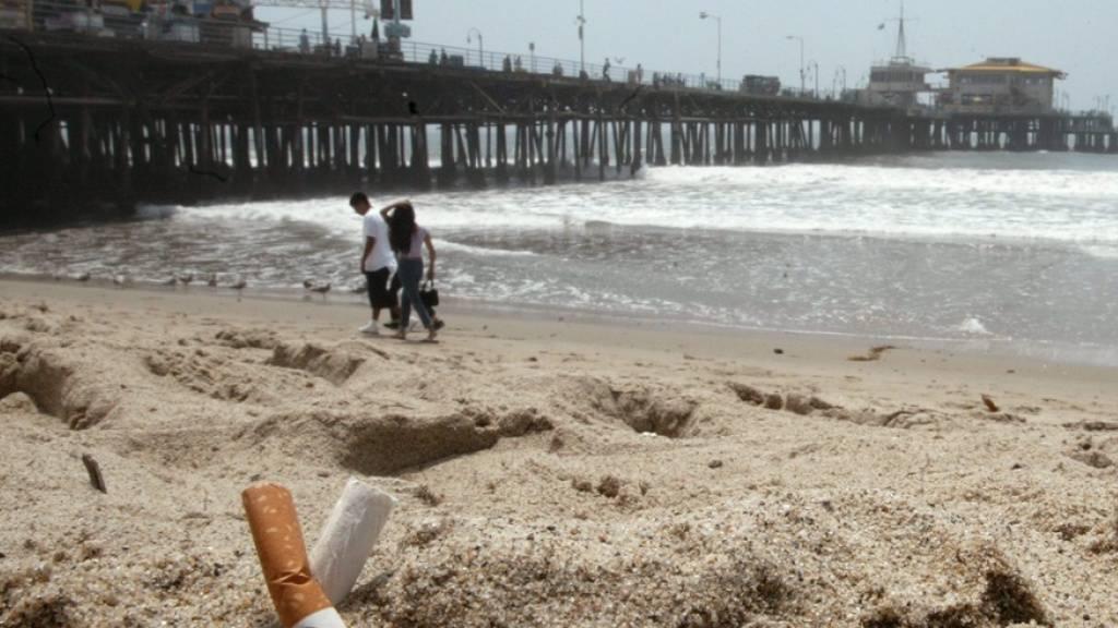 Zigarettenstummel am Strand von Santa Monica, Kalifornien. Der US-Westküstenstaat verbietet nun das Rauchen an Stränden und in Naturparks. (Archivbild)