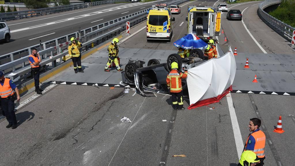 Fahrer (79) nickte ein: Subaru überschlägt sich auf A3 – zwei Verletzte