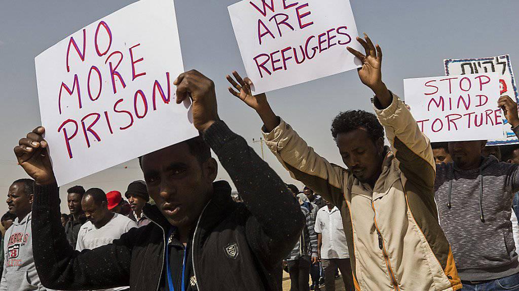 Asylsuchende protestierten im Februar vor dem Saharonim-Gefängnis: Nun hat ein Gericht angeordnet, dass die dort inhaftierten Flüchtlinge freigelassen werden sollen.