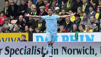 Carlos Tevez mit drei Treffern gegen Norwich City.