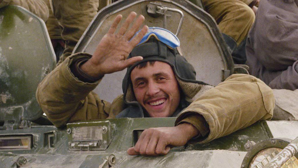 Mit einem Lächeln winkt ein sowjetischer Soldat am 7. Februar 1989 beim Abzug seiner Einheit aus Afghanistan aus Hayratan. Am Freitag gedachten in Moskau hunderte Veteranen des Abzugs. (Archivbild/KEYSTONE/AP Photo/Boris Yurchenko)