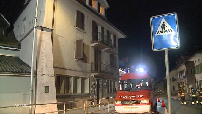 Zuerst hatte es geknallt, dann brach im Erdgeschoss Feuer aus. (Archiv)