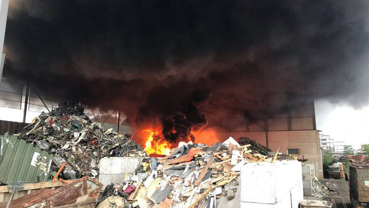 In einer Recyclingfirma in Pratteln ist am Freitagmorgen ein Brand ausgebrochen.
