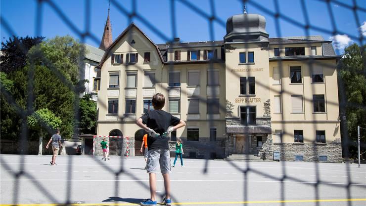 Sogar die Kinder auf dem Schulhausplatz vor dem nach dem Fifa-Präsidenten benannten Schulhaus in Visp VS schwärmen von Sepp.