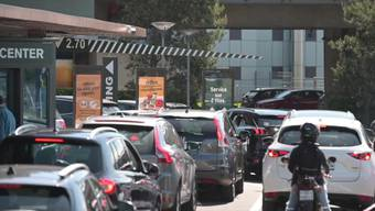 27. April: McDonald's stellt Herdplatte an und öffnet McDrives.