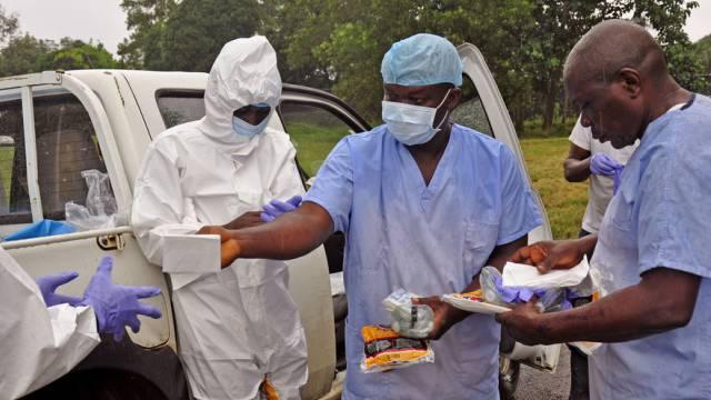 Medizinpersonal in Monrovia erhält Schutzkleidung (Symbolbild)