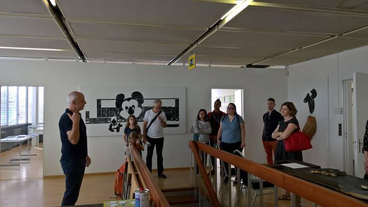 Ausstellungsleiter Reto Emch begrüsst eine Besuchergruppe
