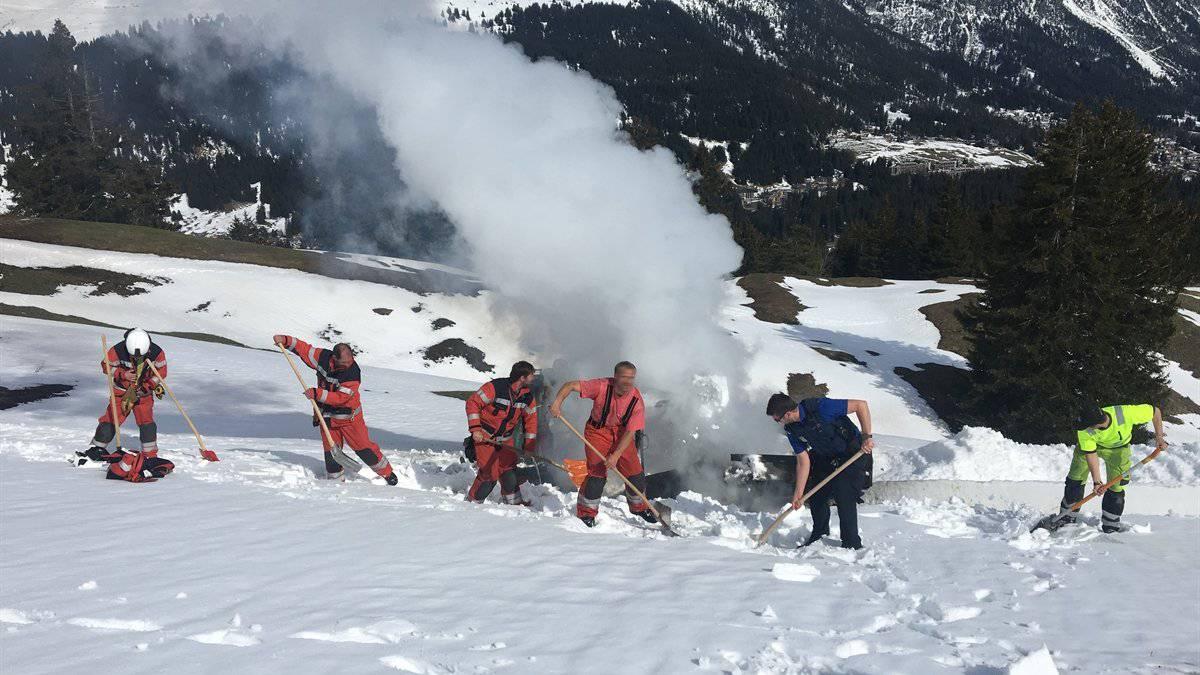 Die Einsatzkräfte löschten den Brand mit Schnee.