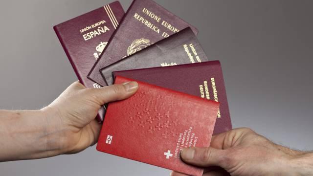 Schweizer Pass sowie diverse EU Reisepässe (Symbolbild)