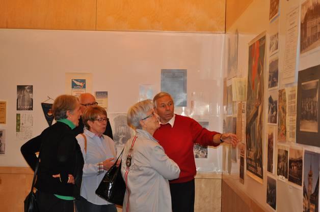 Organisator Sepp Schmid nahm sich auch an der öffentlichen Ausstellung Zeit, den Besuchern die 100jährige Vereinsgeschichte des Vom Stein Baden näher zu bringen
