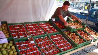 Erdbeermarkt auf dem Rossmarktplatz