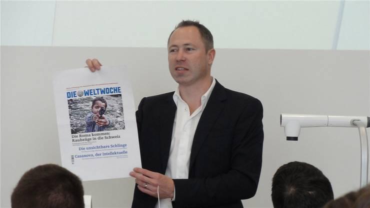 Philipp Gut, stellvertretender Chefredaktor der Weltwoche, erklärt den Studierenden das Wochenmagazin.