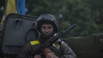 Ukrainischer Soldat auf dem Weg zurück in die Basis