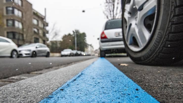 Das Parkieren in der blauen Zone soll ab nächstem Jahr deutlich teurer werden – für Anwohner verdoppeln sich die Kosten auf einen Schlag.