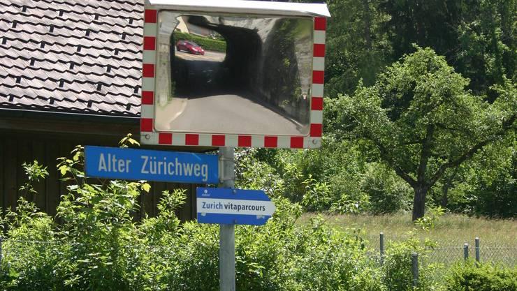 Am Alten Zürichweg müsste der Uitiker Ortsbus abzweigen, um den Schlieremer Berg zu erschliessen.