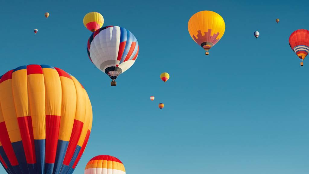 Bunte Ballone über dem Toggenburg