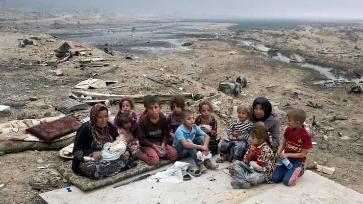 Flüchtlinge aus Mosul an einem Kontrollpunkt in Qayyarah, etwa 50 Kilometer südlich der Stadt. Keystone