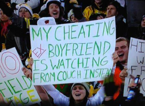 Der «untreue ex-Freund» wird sich kaum gefreut haben, als er in der TV-Übertragung seine Verflossene mit diesem Plakat entdeckte.