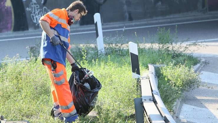 Mitarbeitende der NSNW sammeln an Autobahnen und Raststätten in der Nordschweiz jährlich rund 260 Tonnen Abfall ein.