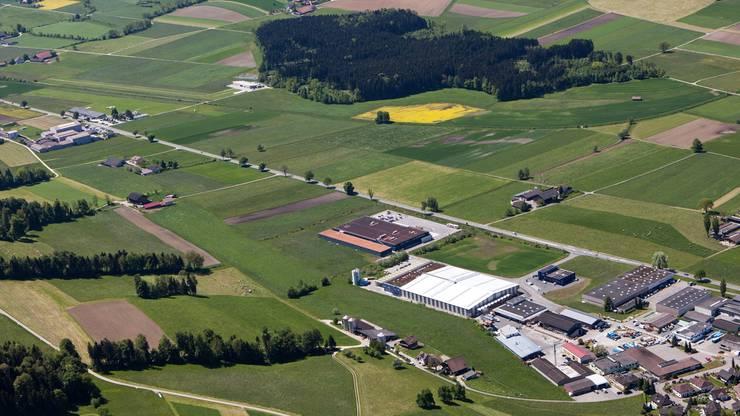 Zum Vergleich: Links oben das Flugfeld mit Graspiste, rechts unten das Industriegebiet von Beromünster.