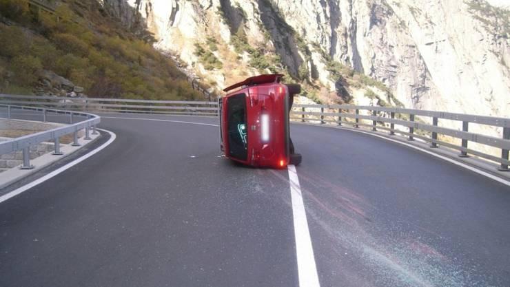 Ein Autolenker hat sich auf der Fahrt von Göschenen in Richtung Andermatt UR verletzt, als sein Auto in einer Rechtskurve auf die linke Seite kippte. Seine Beifahrerin und drei Kinder im Wagen blieben unverletzt.