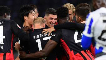 Steven Zuber feiert gemeinsam mit seinen Teamkollegen von Eintracht Frankfurt den ersten Sieg in dieser Bundesliga-Saison