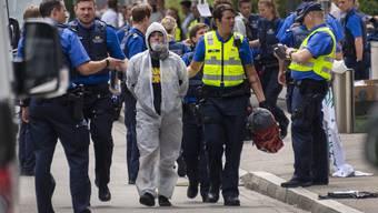Polizisten räumen die Blockade der Aktivisten vor der UBS am Aeschenplatz in Basel.