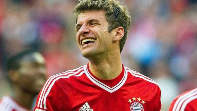 Thomas Müller sichert Bayern München die Tabellenführung.
