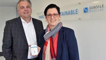 Sensile-Medical-CEO Derek Brandt und Verkaufsleiterin Sandra de Haan präsentieren eines ihrer Abgabesysteme für Flüssigmedikamente.