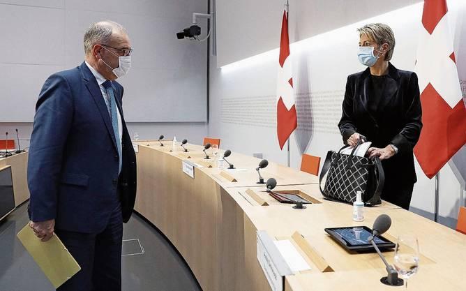 Das Engagement lohnte sich: Die FDP-Bundesrätin am Sonntag vor den Medien in Bern (mit Guy Parmelin).