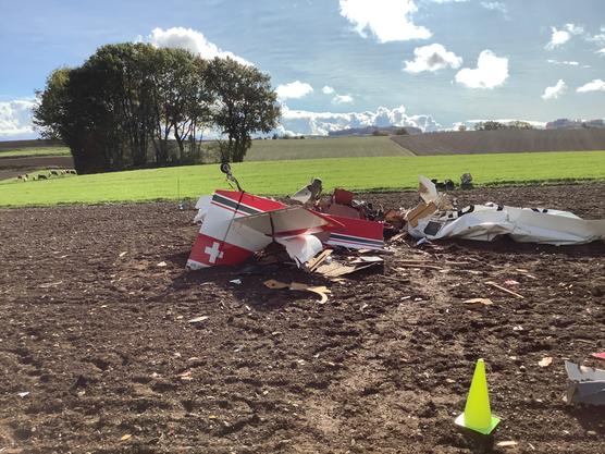 Gimel VS, 24. Oktober: Ein Kleinflugzeug ist über Feldern abgestürzt. Der Pilot konnte nur noch tot geborgen werden.
