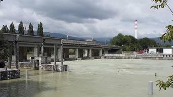Bei der Aareschleuse in Port bei Biel wird mehr Wasser in die Aare gelassen. So werden die Pegel der Jurarandseen abgesenkt, um Platz zu schaffen für Schneeschmelze und Niederschläge. (Archivbild)