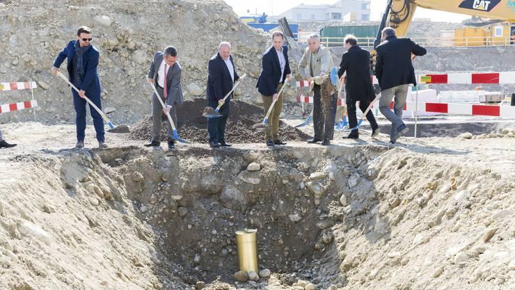 Daniel Brüllmann (2.v.), Head Real Estate UBS; Valentin Schmid (3.v.l.), Gemeindepräsident Spreitenbach; Architekt Tristan Kobler (2.v.r.) und Tino Margadant, Mettler2invest (r.)