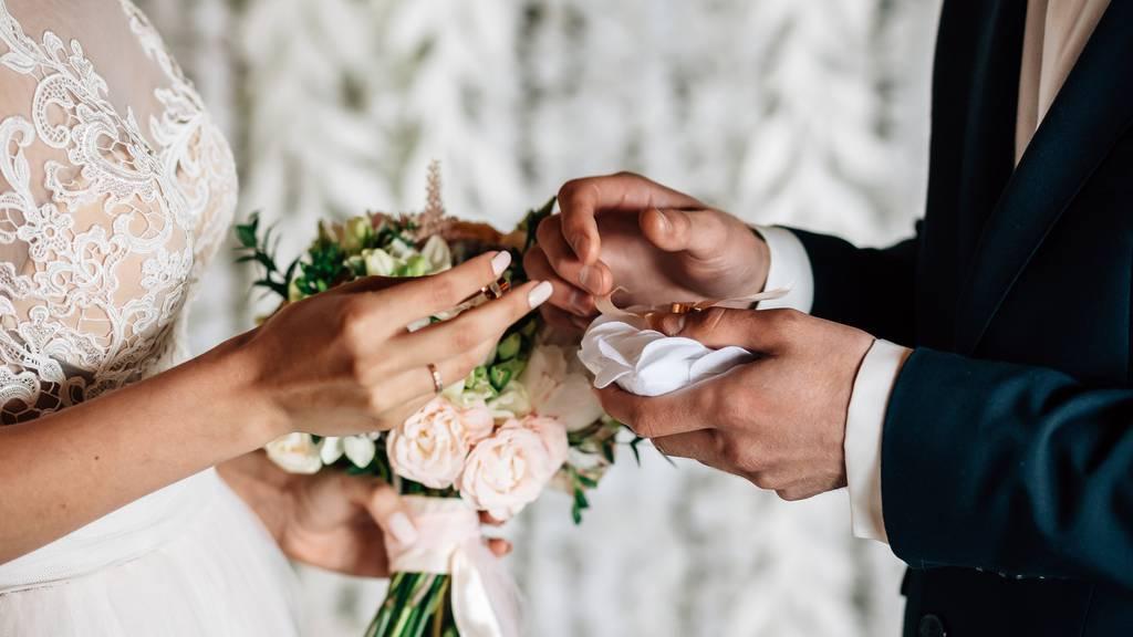 Pfarrer bereiten viele Paare auf die Ehre vor. (Symbolbild)
