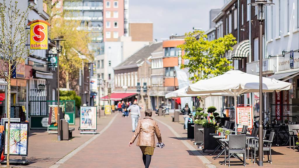 Menschen gehen durch die Innenstadt der niederländischen Grenzstadt Kerkrade. Foto: Marcel Kusch/dpa