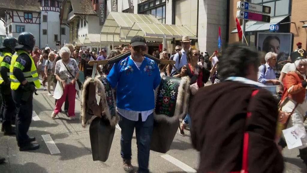 Hunderte Corona-Demonstranten ziehen durch Aarau