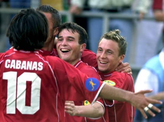 Der erste Höhepunkt für ein U21-Nationalteam: Die späteren Nationalspieler Ricardo Cabanas, Alex Frei und Daniel Gygax bejubeln den Halbfinaleinzug.